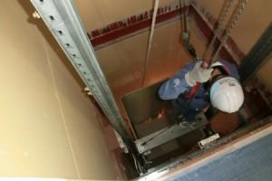 エレベーター解体作業中